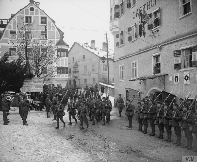 2nd [that is, 2/1st] Battalion, Honourable Artillery Company, changing guard in Imst, 31 miles west of Innsbruck, Austria. December 1918. Imperial War Museum image Q26316