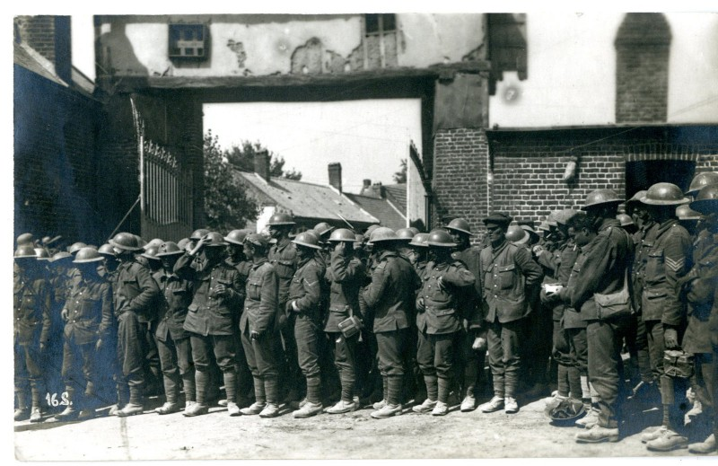 """Sommeschlacht 1916, bei Combles: Zerstörung September 1916, Kriegsgefangene Engländer, Schloß Manancourt mit Lazarett vor der Beschießung im Juli 1916"" . British prisoners at Manancourt. Image sourced from Europeana, with thanks, and originally submitted by Christoph Herrmann."