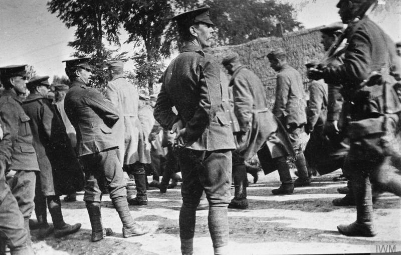 British troops watching German prisoners being marched to captivity at Festubert, May 1915. Imperial War Museum image Q90283